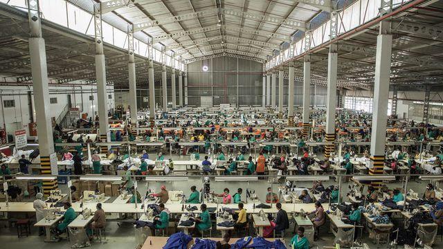 dans-une-usine-textile-de-la-banlieue-de-matsapha-au-swaziland-le-1er-septembre-2015_5466426-min